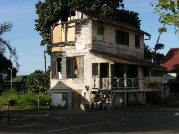 Dilapidated_house_in_Paramaribo_3